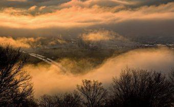 Banská Bystrica v hmle. Autor fotografie: Peter Babiak